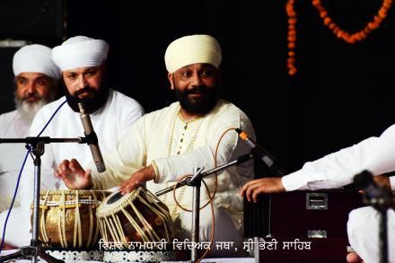 Ustad Sukhvinder Singh 'pinky' mesmerizing sadh sangat with his vibrant performance