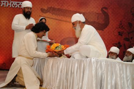 Sri Satguru Ji blessing Kathak exponent Pt. Rajinder Gangani during 4th Satguru Jagjit Singh Sammelan 2015
