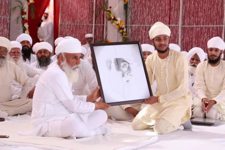 Sri Satguru encouraging the budding artist for his creative artistic skills. (26 March 2016)