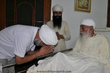 Visual Artist TPS Sandhu paying respect to His Holiness
