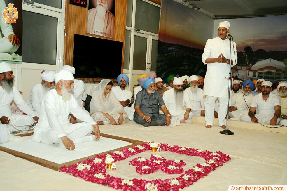 Punjab congress president Sunil Jakhad seeking blessings from Sri Satguru Ji - 17 June 2017