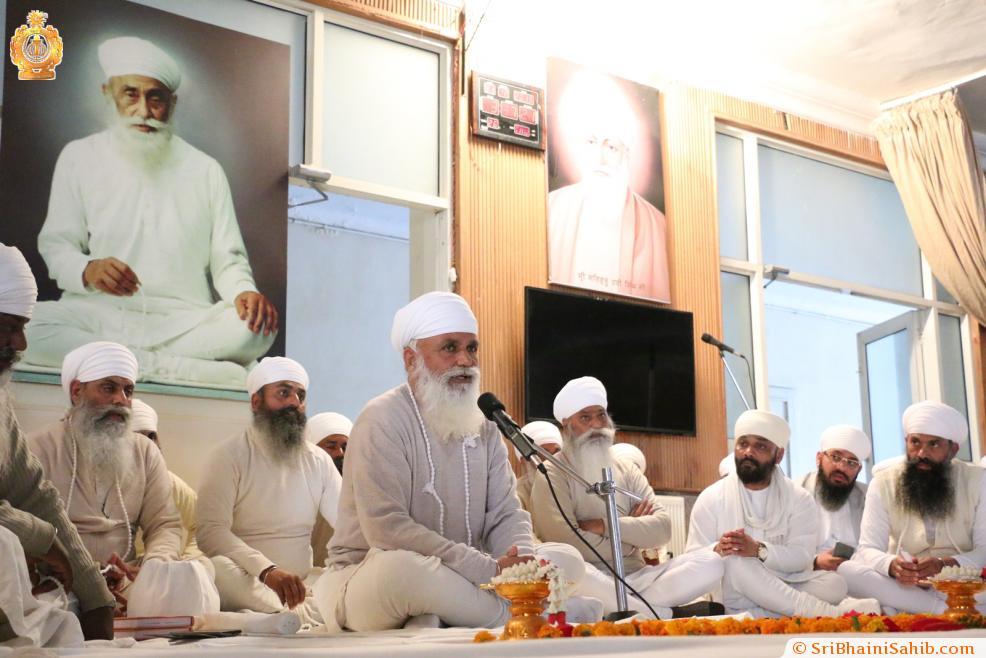 Sri Satguru Ji addressing Sadh Sangat on 31 December 2015.