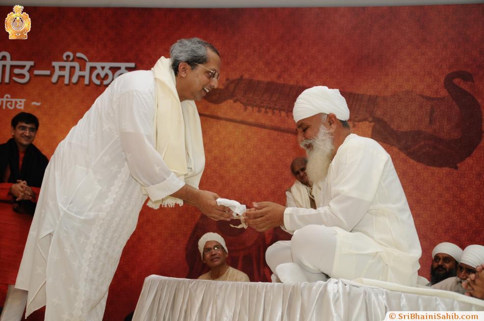 Sri Satguru Ji blessing Pt. Yogesh Samsi during 4th Satguru Jagjit Singh Sammelan 2015